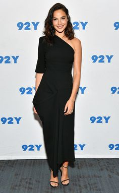 Gal Gadot One Shoulder Dress - Gal Gadot was minimalist-chic in a structured one-sleeve dress by Stella McCartney at the Talks. Vestido Strapless, Strapless Dress Formal, One Sleeve Dress, Dresses With Sleeves, Chiffon Dresses, Fall Dresses, Long Dresses, Prom Dresses, Formal Dresses