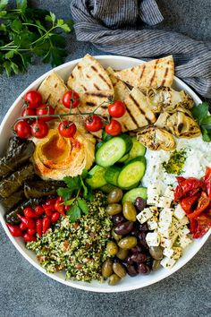 This mezze platter is filled with Mediterranean delicacies including dolmas, hummus, vegetables, pita bread and salads. Tapas Platter, Hummus Platter, Mezze Platter Ideas, Potluck Recipes, Cooking Recipes, Healthy Recipes, Meze Recipes, Recipes Dinner, Hummus And Pita