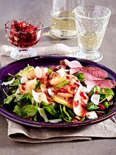 Lauwarmer Apfel–Birnen–Salat mit Rote-Bete-Vinaigrette und Steakstreifen