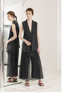 Chalayan Resort 2019 Fashion Show Collection: See the complete Chalayan Resort 2019 collection. Look 6 Fashion 2020, Fashion News, Fashion Trends, Fur Skirt, Vogue Russia, Fashion Show Collection, Fashion Dresses, Normcore, Womens Fashion