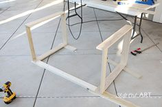 Excellent Table Saws, Miter Saws And Woodworking Jigs Ideas. Alluring Table Saws, Miter Saws And Woodworking Jigs Ideas. Small White Desk, Modern White Desk, White Desks, Diy Wood Desk, Diy Desk, Diy Wooden Projects, Wooden Diy, Diy Furniture Cheap, Pallet Furniture