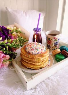 Image discovered by Daily Glamourous. Find images and videos about birthday, pancakes and breakfast in bed on We Heart It - the app to get lost in what you love. Breakfast Party, Breakfast Pancakes, Breakfast In Bed, Romantic Breakfast, Breakfast Ideas, Breakfast Quesadilla, Birthday Pancakes, Cake Birthday, Birthday Coffee