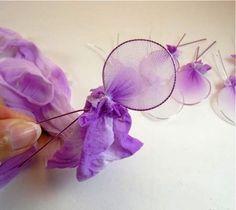 Flores hechas con pantimedias -----  El procedimiento básico para hacer estas flores es crear con alambre la forma de todos los pétalos y colocar tirante un trozo de tela de pantimedia