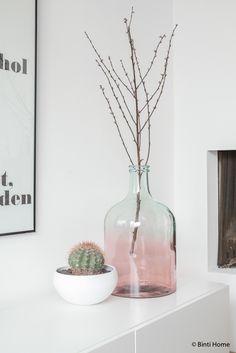 Een woonkamer met pastel kleuren en koper | Binti Home blog : Interieurinspiratie, woonideeën en stylingtips