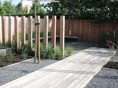 Afscheiding van houten palen voor extra hoekjes in de tuin