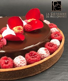 Here is a chocolate and raspberry pie. It is a mix between the dessert and the pie, since it is composed of a sweet cocoa paste, a confit de fr … Source by lesnavarros Patisserie Fine, French Patisserie, Chocolate Raspberry Cake, Chocolate Cake, Entremet Recipe, Glass Cakes, Something Sweet, Food Inspiration, Bakery