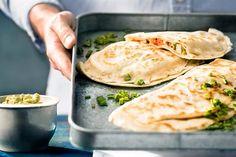 Csirkés tortilla-tekercs, friss zöldségek, avokádós sajtkrém