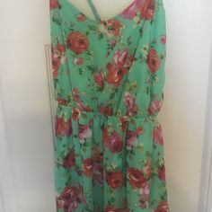 Pretty summer floral maxi dress This beautiful floral maxi dress is perfect for summer! The fabric is super light and very colorful. This dress has a cross cross back with adjustable straps and comes with a slip inside Espresso Dresses Maxi