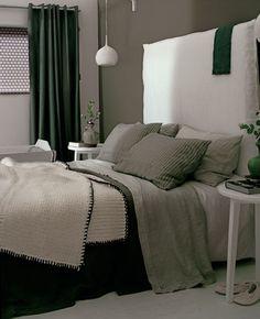 slaapkamer met wit hoofdboard