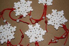 Tutorial Addobbi Natalizi Uncinetto http://www.lovediy.it/tutorial-addobbi-natalizi-uncinetto/ Uno #schema facile all'#uncinetto, per realizzare fiocchi di neve da appendere sull'albero di #Natale!