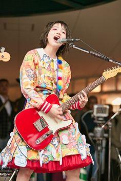 のん 女子美大でシャウト「女子美入りたかったぜ!」第1弾シングル「スーパーヒーローになりたい」他5曲熱唱 | エンタメウィーク Human Poses Reference, Pose Reference Photo, Gibson Les Paul Tribute, Rena Nounen, Women Of Rock, Anatomy Poses, Guitar Girl, Music Images, Body Poses