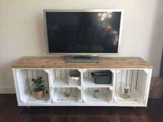 Diy tv stand Tv stand plans Pallet tv stand Diy furniture Diy tv Pallet tv - Love this! Basement idea furnituredesigns - Diy tv stand Tv stand plans Pallet tv stand Diy furniture Diy tv Pallet tv - Love this! Crate Tv Stand, Pallet Tv Stands, Tv Stand Made Out Of Pallets, Wood Tv Stands, Furniture Projects, Home Projects, Diy Projects College, Weekend Projects, Furniture Plans