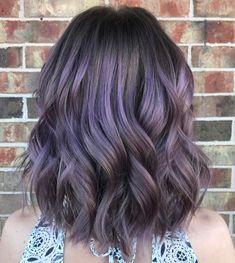 cabello castaño con colores pastel púrpura balayage