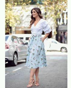 Cute spring outfits for moms Jw Fashion, Fashion Week, Modest Fashion, Fashion Dresses, Womens Fashion, Midi Skirt Outfit, Skirt Outfits, Dress Skirt, Flowy Skirt