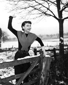 1,274 отметок «Нравится», 7 комментариев — Audrey Hepburn Tribute (@audreyhepburntribute) в Instagram: «Audrey Hepburn playing in the snow, 1951. Looking happy and radiant! #AudreyHepburn #BlackAndWhite…»