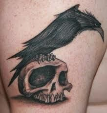 Neat raven and skull tattoo. Most BOO-tiful Halloween tattoos are here to help you get ready for the most terrifying day of the year! 16 Tattoo, Tatoo Art, Body Art Tattoos, Tattoo Bird, Fox Tattoos, Laser Tattoo, Hummingbird Tattoo, Custom Tattoo, Raven Tattoo Meaning