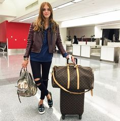 Chiara Ferragni of The Blonde Salad in a leather moto, sweatshirt, and black skinny jeans Travel Wear, Travel Style, Travel Outfits, Travelling Outfits, Travel Clothes Women, Looks Chic, Airport Style, Airport Chic, Airport Outfits