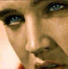 Elvis and those mesmerizing blue eyes. Elvis Presley Images, Elvis Presley Music, Rock N Roll Music, Rock And Roll, Rare Elvis Photos, Elvis Quotes, Young Elvis, Most Handsome Men, King Of Kings