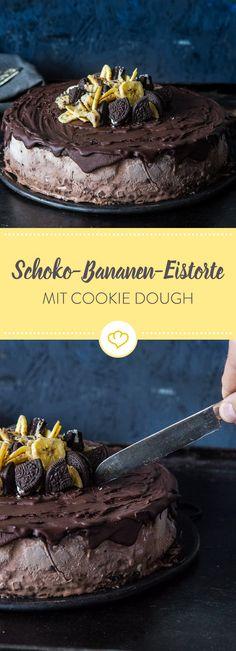 Mit Schokoeis, mit Bananeneis, mit Oreokeksboden, mit Schokoguss, mit Cookie Dough und leckerer Deko: Das ist die superdeluxe Eistorte. Eine Sünde wert!