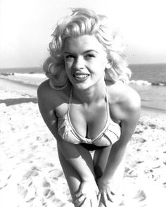A young Jayne Mansfield at the beach. Vintage Hollywood, Hollywood Glamour, Hollywood Stars, Hollywood Actresses, Classic Hollywood, Hollywood Wedding, Hollywood Icons, Jayne Mansfield, Classic Beauty