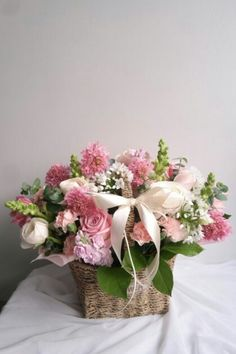 Easter Flower Arrangements, Artificial Flower Arrangements, Flower Centerpieces, Floral Arrangements, Flower Boxes, Diy Flowers, Beautiful Flowers, Xmas Decorations, Flower Decorations