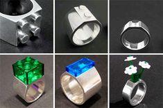 Schmucke Sache, diese Ringe in Lego-Form von Edition Mathea. Es gibt drei Grundmodelle, mit einem, zwei oder vier Pins, auf die man Lego-Bausteine aufstec