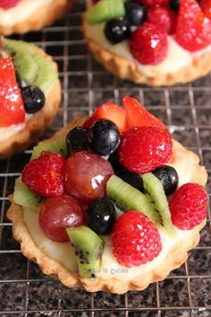 Fruit tart @ Must Have Recipes Mini Cakes, Cupcake Cakes, Cupcakes, Just Desserts, Dessert Recipes, Good Food, Yummy Food, Mini Foods, Sweet And Salty