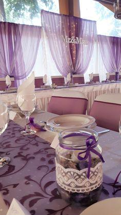Ugyan az az árnyalat köszönt vissza mindenhol, az asztaldíszen és a székmasnikon egyaránt. A háttér egyhangúságát viszont egy kicsit halványabb organza anyag tette izgalmasabbá. Table Decorations, Wedding Dresses, Furniture, Home Decor, Bride Dresses, Bridal Gowns, Decoration Home, Room Decor, Weeding Dresses