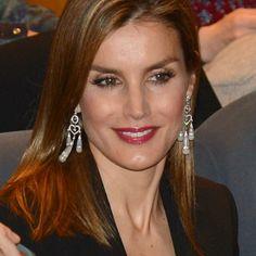 La Princesa de Asturias volvió a darle un toque de riesgo a su look con unos print pants, rojo de labios y pendientes maxi.