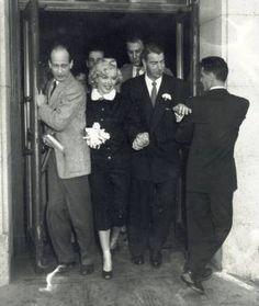 Marilyn Monroe marries Joe Dimaggio.1954