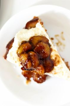 A fluffy banana coconut tres leches cake soaked with coconut milk, frosted with whipped cream, and topped with caramelized bananas. Banana Coconut, Toasted Coconut, Coconut Sugar, Banana Sponge Cake, Three Milk Cake, Caramelized Bananas, Tres Leches Cake, Banana Slice, No Bake Cake
