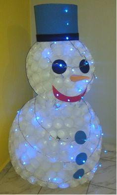 Boneco de neve de copo descartável.