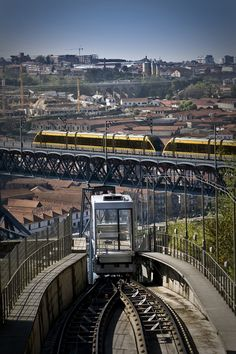 Metro de Superfície e Funicular dos Guindais. Momento muito interessante em que ambos quase se cruzam. - www.webook.pt #webookporto #porto #transportes