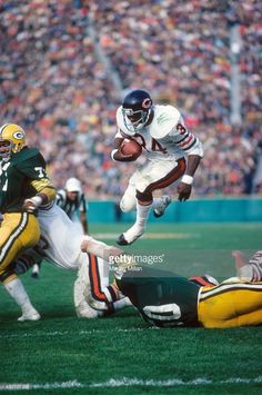 Chicago Bears Walter Payton in action, rushing vs Green Bay Packers. Nfl Football Players, Bears Football, Steelers Football, Sport Football, Funny Football, Girls Football Boots, Girl Football, School Football, College Basketball