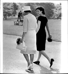 """mrs-kennedy-and-me: """" First Lady Jacqueline Kennedy with Mrs. Alan Shepard taking a walk through the south lawn, 1961 """" Jacqueline Kennedy Onassis, Mrs Kennedy, Jaqueline Kennedy, Die Kennedys, First Ladies, John Junior, Classy People, Bouffant Hair, International Style"""