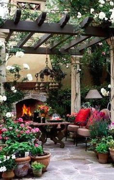 Dining on the patio • photo: BHG on Dwelling by Design