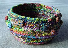 I would never do this, I lack the patience, but how cute! - Tutorial for fabric bowls - Diy Fabric Basket Diy Projects To Try, Craft Projects, Sewing Projects, Rope Basket, Basket Weaving, Fabric Bowls, Textiles, Fabric Art, Fabric Scraps