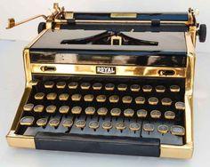 Retro Typewriter, Antique Typewriter, Vintage Phones, Vintage Cameras, Vintage Office, Retro Vintage, 1920s Gangsters, Writers Desk, Vintage Typewriters