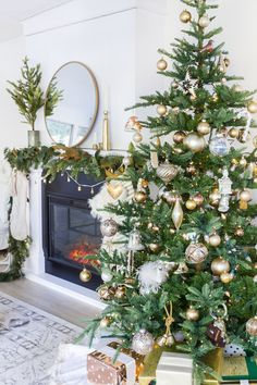 Our family room and our Christmas tree - Zevy Joy Decoration Christmas, Noel Christmas, Country Christmas, Simple Christmas, Christmas Tree Decorations, Holiday Decor, French Christmas Decor, Christmas Mantles, Christmas Porch