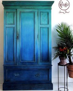 A signature ombré project from Annie Sloan Painter in Residence Ildiko Horvath here. Using a water-filled spray bottle as she worked, Ildiko blended her favourite blues and greens from the Chalk Paint® palette to create this stunning finish.