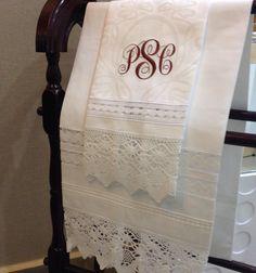 Guest Towel en lino y encaje bordados a tu gusto.