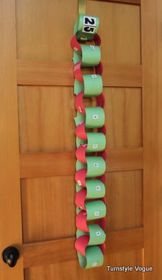 Paper Chain Advent Calendar. Easy and fun for kids to make. Tear off one link every day until Christmas!