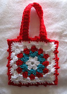 I just love this Little Granny Bag free pattern from The Royal Sisters blog (also on Ravelry!) Sweet and simple!  Sew a simple liner and wouldn't this make a great gift bag turned tote bag? Another quick gift! ¯\_(ツ)_/¯