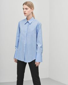 A tailored shirt in an elegant super fine cotton poplin. Extra sharp collar and long sleeve cuffs.  <br> <br> - Tailored fit <br> - Longer cuffs <br> - Sharp collar <br><br>  The model is 175cm and wears size S.