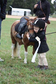 Amitié Enfant avec petit cheval -