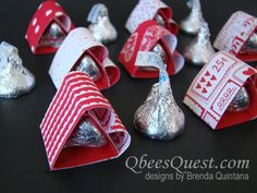 Introducing the tiniest Hershey& Kiss Heart that I& ever made. I& made hearts that hold 4 kisses, 6 kisses, even 22 kisses, but th. Valentines Day Treats, Valentine Day Love, Valentine Day Crafts, Valentine Cards, Chocolate San Valentin, Stampin Up Anleitung, Candy Crafts, Envelope Punch Board, Candy Bouquet