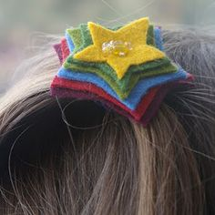 felt gifts: simple felt hair accessories :: make your own pretties! - crafts ideas - crafts for kids Barrette, Diy For Kids, Crafts For Kids, Felt Hair Accessories, Felt Gifts, Star Hair, Felt Brooch, Diy Bow, Felt Flowers