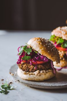 Lehtikaali-falafelburgerit Vegan Recipes, Vegan Food, Food Food, Salmon Burgers, Hamburger, Food And Drink, Veggies, Ethnic Recipes, Salmon Patties