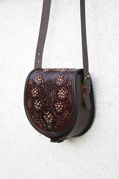 Artículos similares a bolso marrón cuero fileteado con amapolas - bolso - bandolera - bolso - bolso étnico - messenger - para mujeres - espaciosa en Etsy