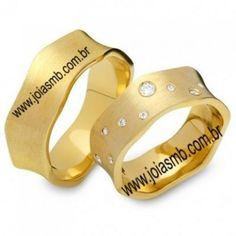 Detalhes do Produto:                     Par de aliançasde ouro, casamento e noivadoem ouroamarelo18k 0, 750   Diamantes: 08 diamantes 0,12 pontos  Diamante: 01 diamante 0,05 pontos  Classificação: P1 - Cor j ou k  Modelo:Lojas de alianças de ourodiamantes côncavas quadradasmaciças  Largura: 9mmx2,0 altura   Peso Médio: 33,0grs / gramas   Acabamento:Alianças de ouro para noivado e casamentopolido fosco  Detalhes: Disponivel em todos os tamanhos  Garantia…